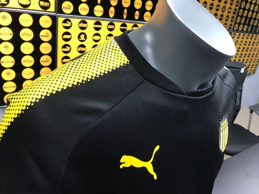 Peñarol presentó su nueva indumentaria de entrenamiento y ... 7e7c7f926c00a