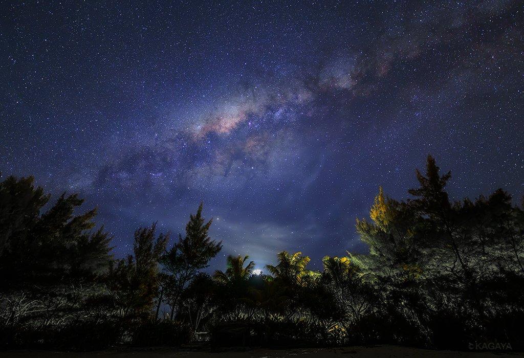 我が銀河の中心方向の天の川が、西に沈みかけた宵月の上にはっきりと見えました。ああ、私たちは銀河の中に浮かぶ惑星にすんでいるんだなと思いながら時を忘れて見上げていました。(一昨日タヒチの離島にて撮影)