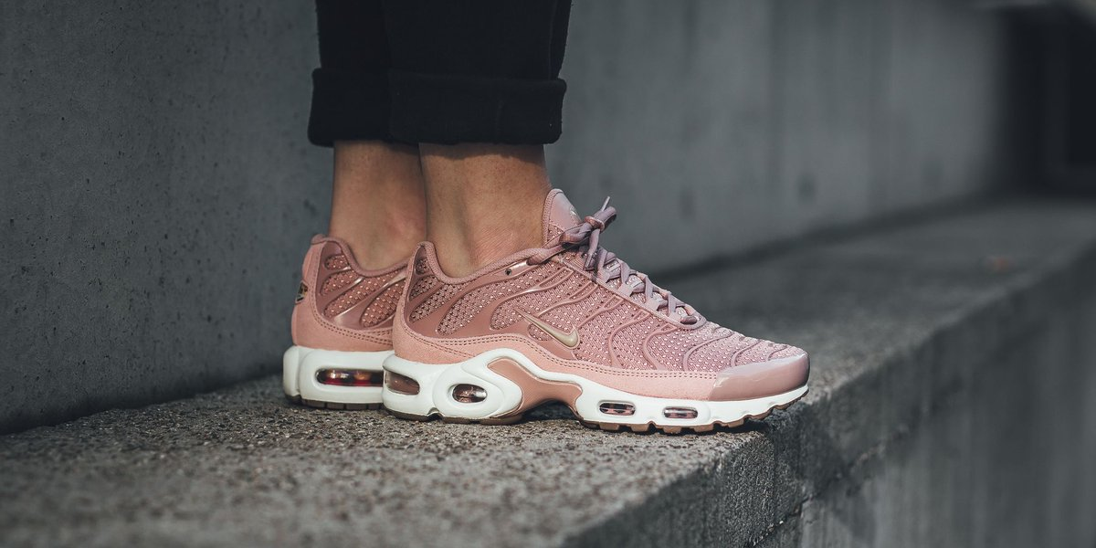 99e8a1bd3c93 NEW IN! Nike Wmns Air Max Plus - Particle Pink Mushroom-Sail SHOP HERE   http   bit.ly 2xxtvCc pic.twitter.com XDIhCj8BsO