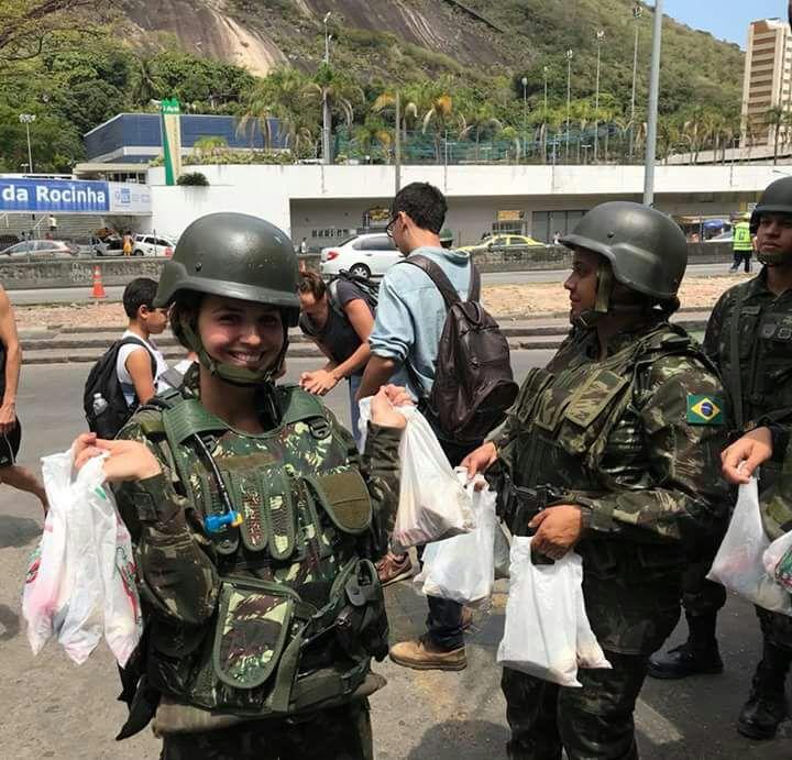 Ouvintes enviam fotos do Exército distribuindo doces para crianças na Rocinha. #Rocinha #BandNewsFM