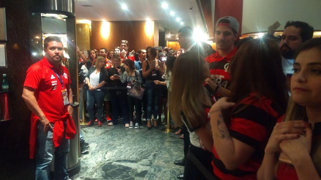 O último apoio antes da saída da delegação rubro-negra do hotel para o Mineirão! #SomosTodos #VamosFlamengo