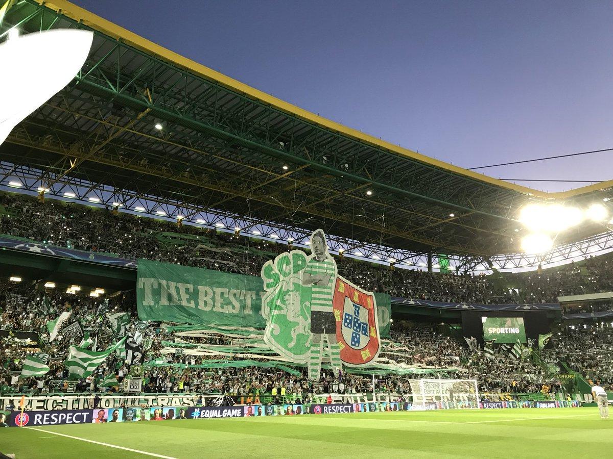 Na partida entre Sporting x Barcelona, a torcida portuguesa subiu um mosaico com a imagem de Cristiano Ronaldo e a frase 'O melhor do mundo'