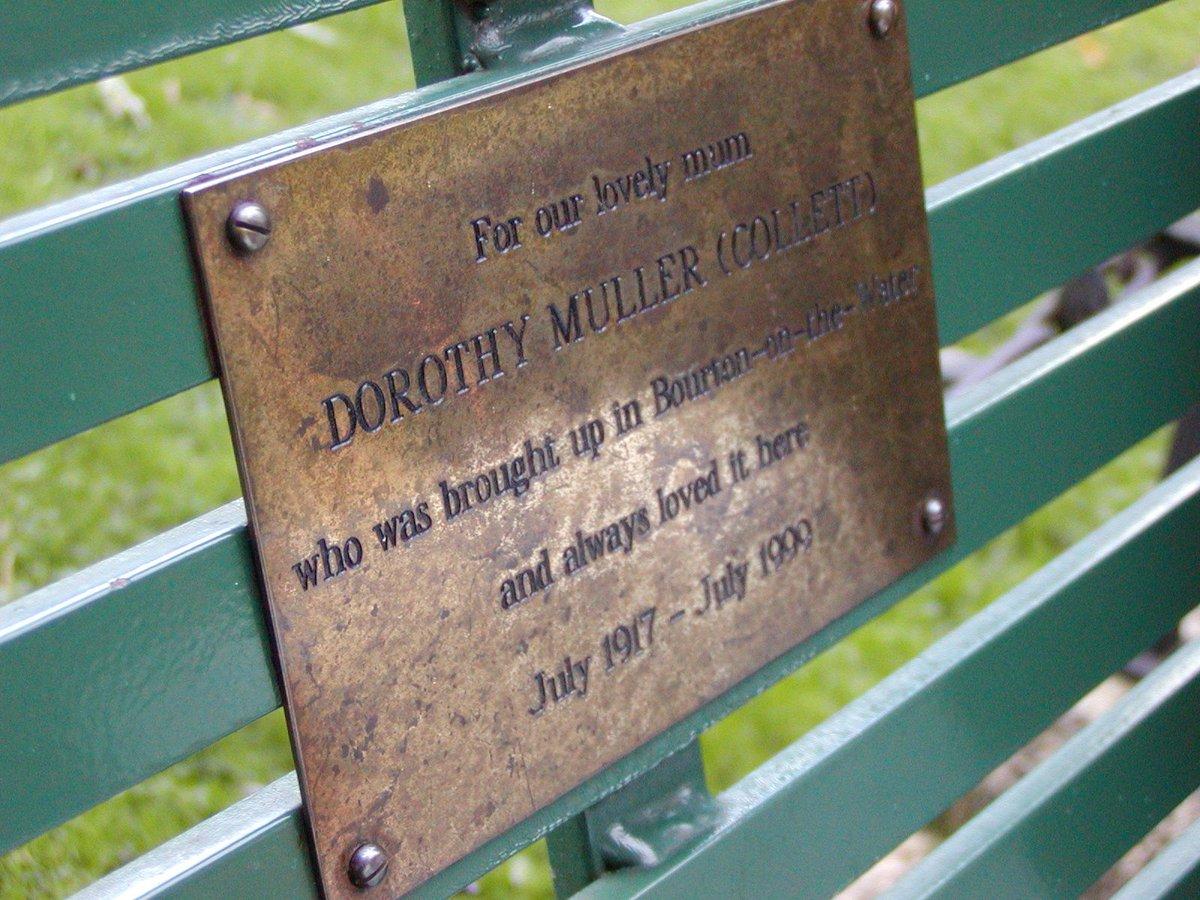「この水辺が大好きだったわたしたちの素敵なママに捧ぐ」英国では、亡くなった人が好きだった場所に、こんなふうに名を刻んだベンチを寄贈する習慣があります。