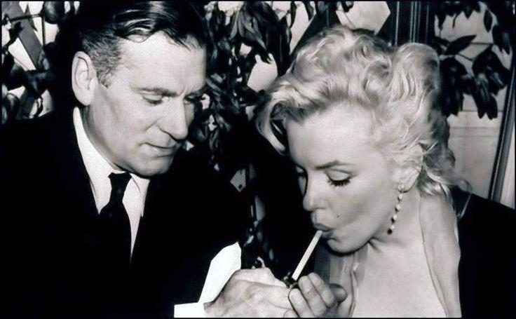 Hugh Hefner lighting a cigarette for Marilyn Monroe in 1957 #RIP ♥️ https://t.co/08KURpmNrm