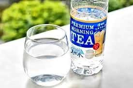そもそもミルクティー透明にする意味あるん?って思う人、多いと思うんですけど、実はあれコーヒー、お茶、水以外を飲んでると周りから白い目で見られる職場でも、気兼ねなくミルクティーが飲めるようにって開発された商品らしくて、そう思って飲んでみるとブラック企業には絶対就職したくないと思う。