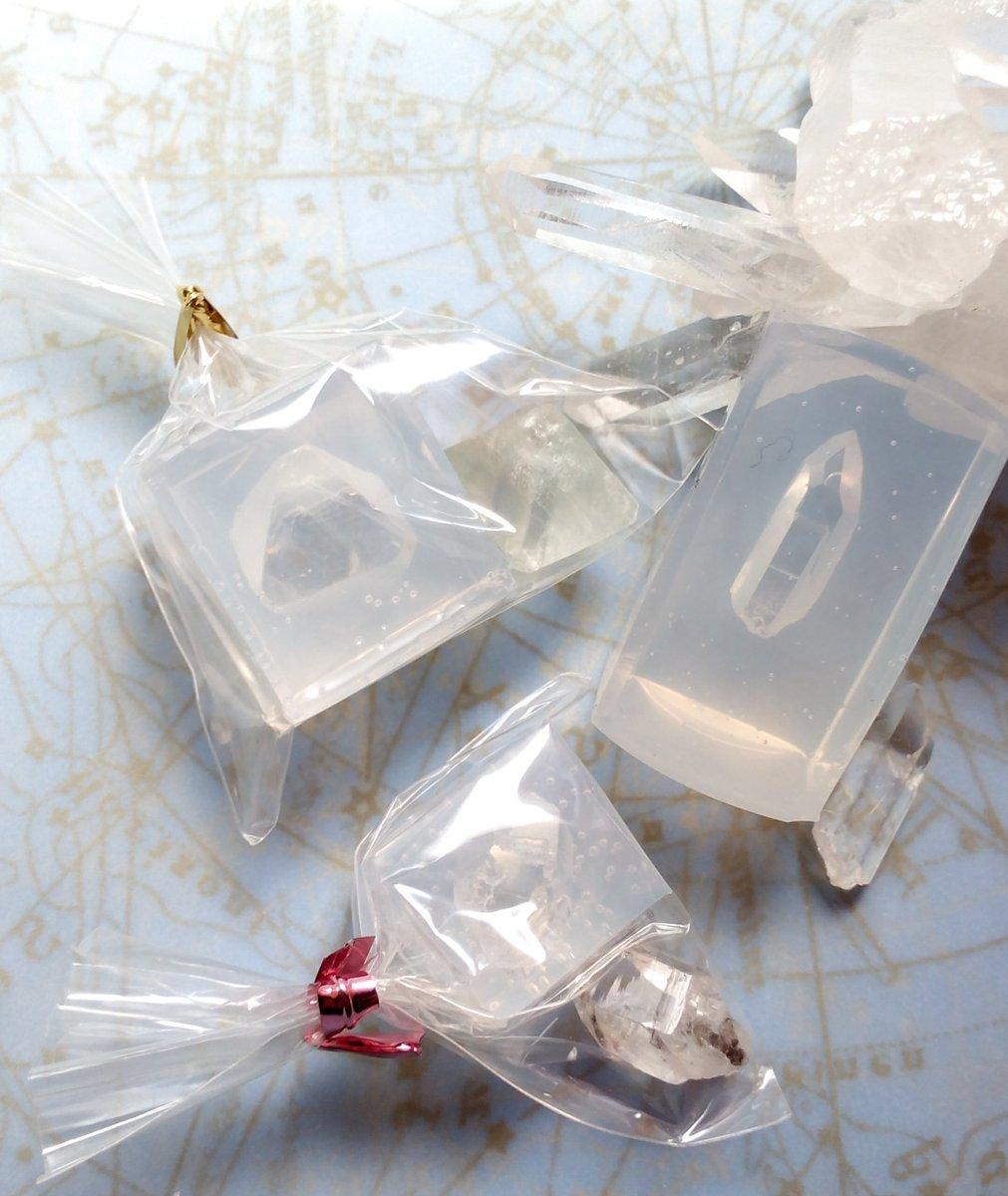 すみません間違えあり再掲です😫 kainさん(@rose_umi_)のモールド初使用。丸ごと取り出すタイプのため宝物を掘りだす気分でバリバリ取り出し。ミニ水晶はウインドウクリスタルでした✨ #レジン