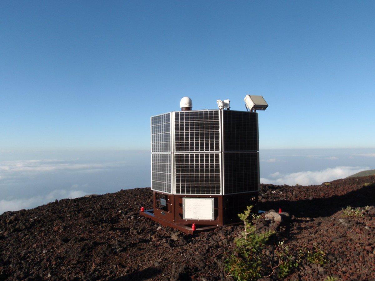 活動的な火山の地殻変動を監視するREGMOS(レグモス)。国土地理院では、この装置を配備し、自律的かつ機動的な観測を行っています。 地殻変動を捉える。火山を見張る。 詳細はこちら→