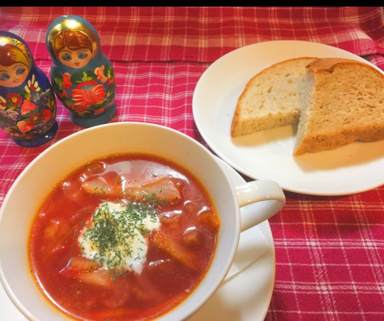 サーモンやニシン牛タンののった前菜の盛り合わせ「ザクスカ」  8時間以上に混んで作ったブイヨンがはいったボルシチスープ  手作りライ麦黒パン🍞 ロシア風水餃子