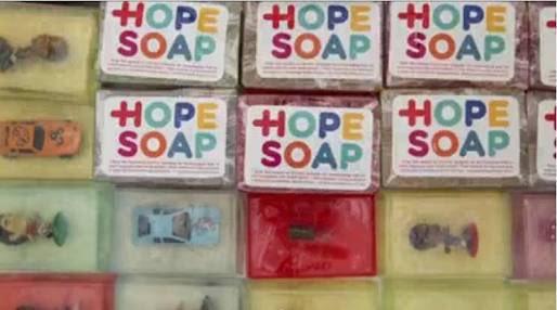 南アフリカの貧民街は衛生面が悪く感染症で年間数千人も亡くなっていた。でも予防である手洗いを子供達はや…