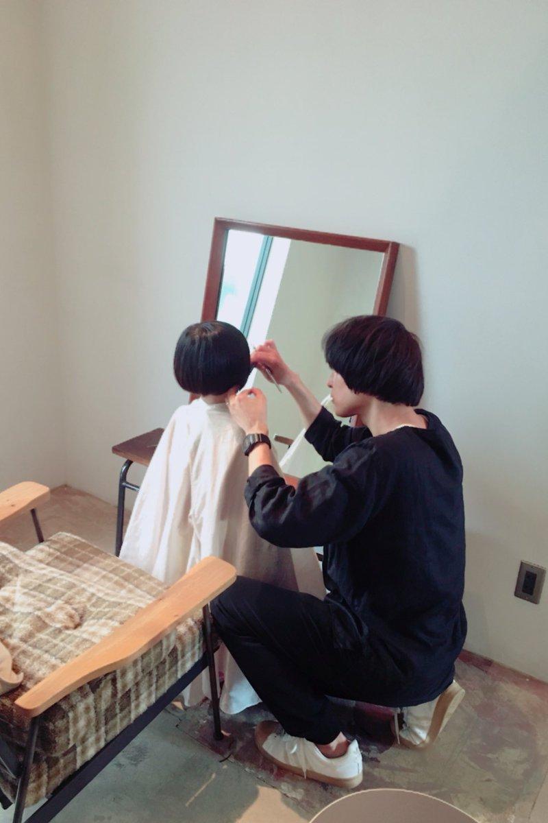 髪を切られる子ども