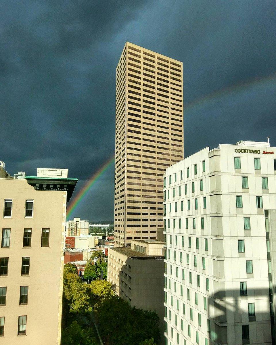 I feel a great wetness coming on. #BigPink #Portland #pdx #pdxtst #rainbow<br>http://pic.twitter.com/5qnyTqLfIR &ndash; à TriMet Stop ID 7797 / SW 6th &amp; Stark