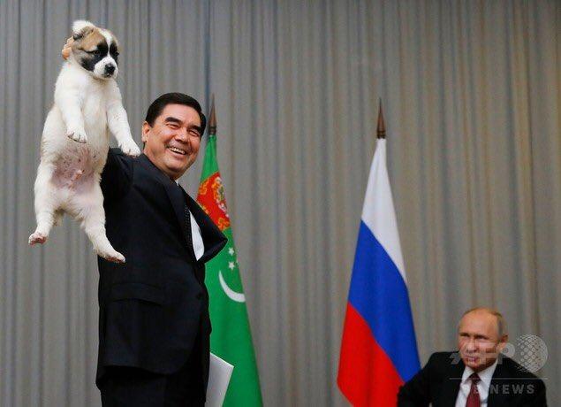 トルクメニスタン大統領が犬をつかみあげるのを見て、完全にKGBの顔に戻ってるプーチン大統領