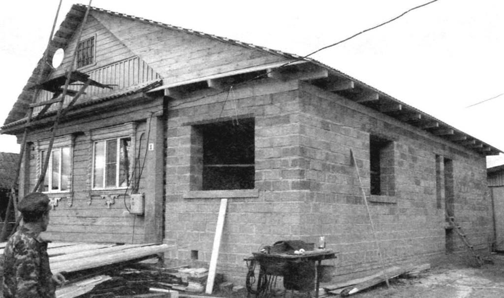 пристройка к деревянному дому из блоков фото