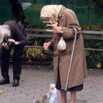 操り人形を使ってリスに餌をあげるおばあちゃんが可愛いと話題に!