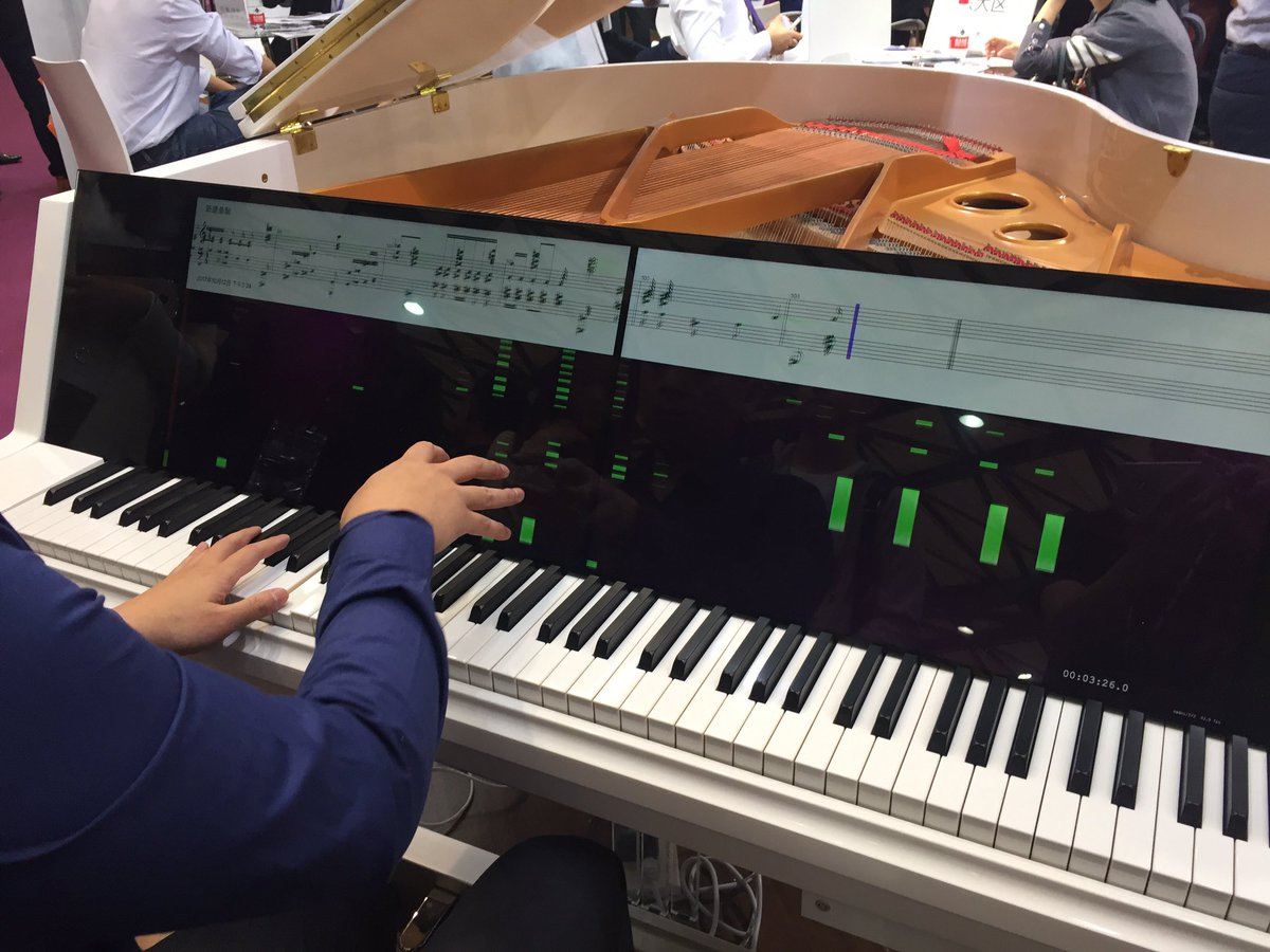 アコースティックピアノでありながら全面ディスプレイのインパクト。これは自由に弾いた音の情報が上に流れていき譜面もその場で描かれるモード。他にも楽譜を表示したりなど機能は盛り沢山。 #musicChina https://t.co/5KeDBQZPm7