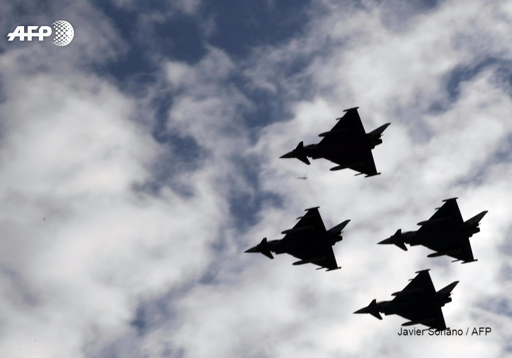 Spanish Eurofighter crashes after national day parade, pilot dead  http:// u.afp.com/4zLB  &nbsp;   #Albacete <br>http://pic.twitter.com/qlehNtd6PH
