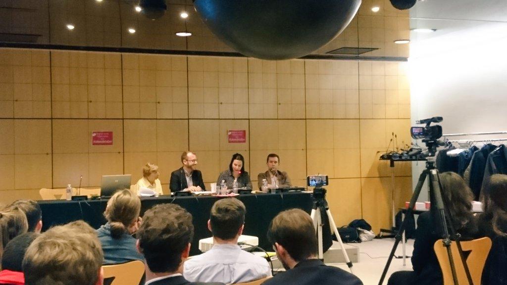 À #LaRouteDeLaCom, @AnneClaireRuel souligne bien le formatage de la #communication #politique actuelle. Vite, retrouvons de l'authenticité !pic.twitter.com/B0jhDpjiTe
