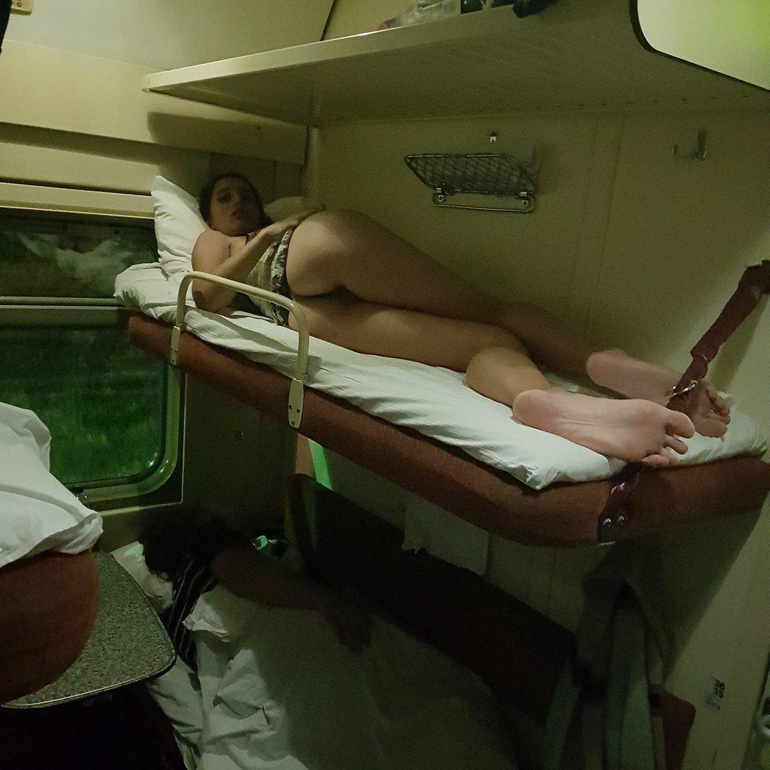 фото спящих в купе поезда ней