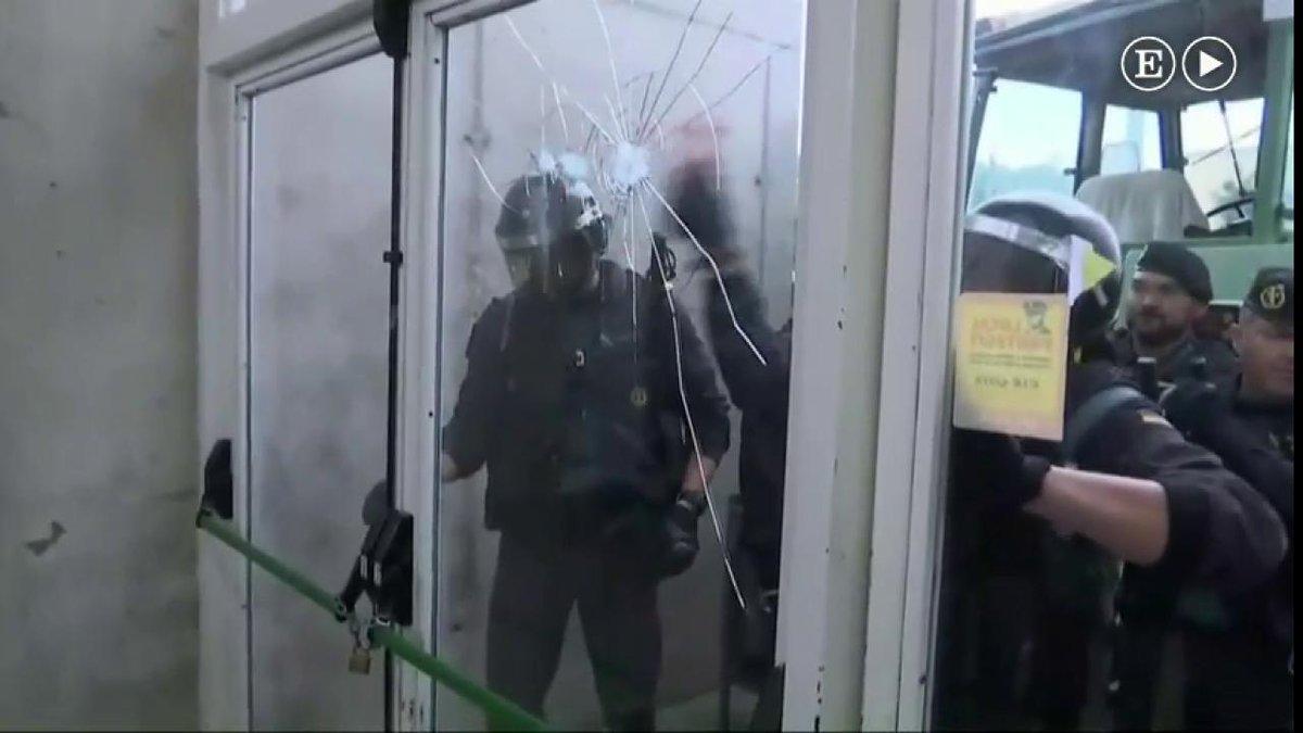 カタルーニャ独立住民投票始まる 治安警察が投票所襲撃