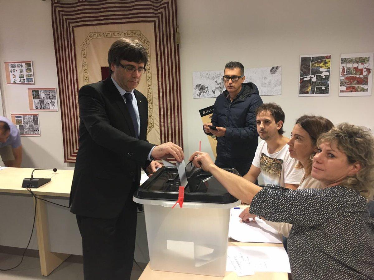 El president Puigdemont vota. No poden silenciar la veu d'un poble. Votarem i guanyarem https://t.co/lQYf3Wq5ki
