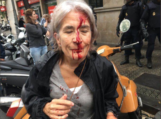 #CatalanReferendum , anziana ferita durante l'irruzione della polizia a #Barcellona. Gli agenti sequestrano le urne https://t.co/okQSr9fhGN
