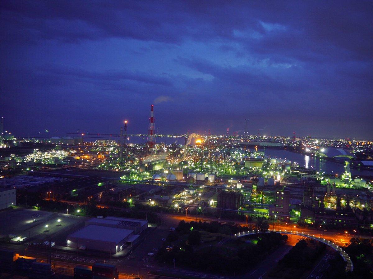 工場夜景撮りに行きました🌃 夜景撮るの初めてだったけど下手くそなりになんとか...(◜௰◝) 三脚欲しい...🤦♀️  #工場夜景 #四日市港ポートビル #ファインダーの越しの私の世界