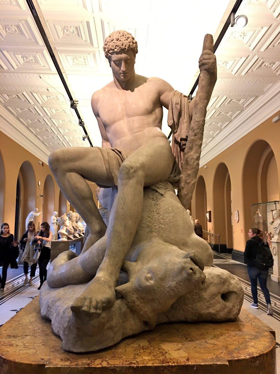 これ、V&A美術館のミノタウルスとテーセウスなんですけど、アングル違いですごくアレになりませんか。