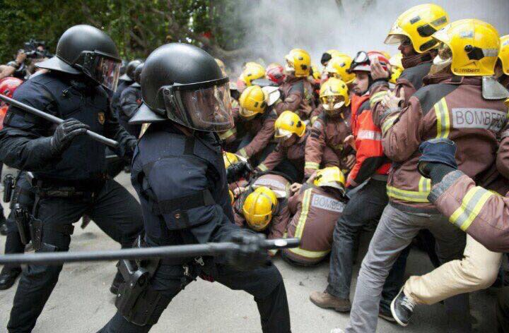 #CatalanReferendum policia vs @bomberscat