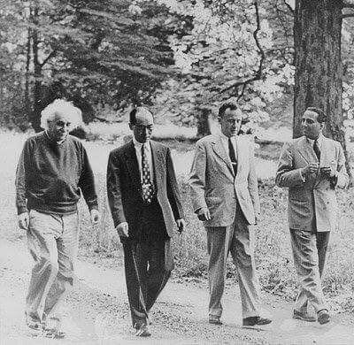 Fabulous rare pic of Einstein, Yukawa(1st Japanese Nobel), Wheeler (who coined 'black hole')&India's own Homi Bhabha on a walk in the woods.