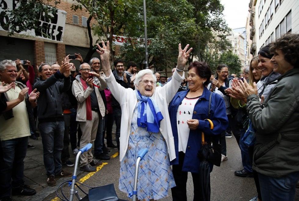 #CatalanReferendum Tra sorrisi e lacrime, la felicità di chi è riuscito a votare [FOTO] https://t.co/gB3z0iVET9