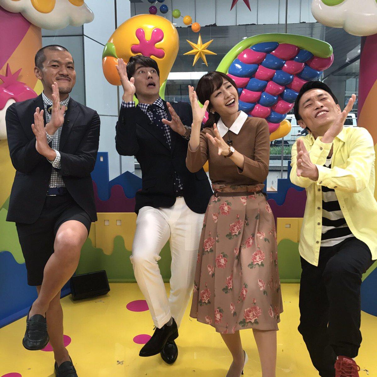 カミナリと梅沢アナと四人でポーズを決めている滝菜月
