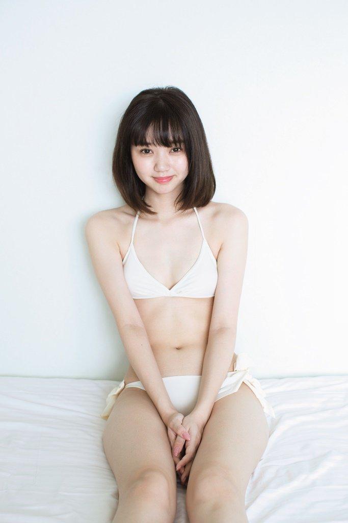 白ビキニを着ている江野沢愛美