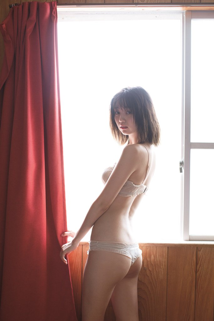 窓辺に立っている江野沢愛美
