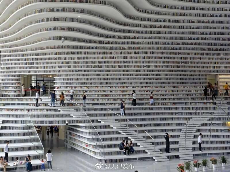 天津市浜海新区の「滨海新区文化中心」が1日、オープンしました。これはその中にある「浜海新区図書館」開館時点の蔵書は17万冊ですが、図書館としては135万冊収蔵可能という規模だそうです。