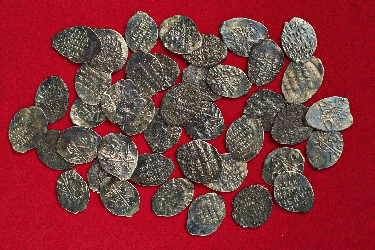 В москве обнаружили клад из 41 монеты xvii века..