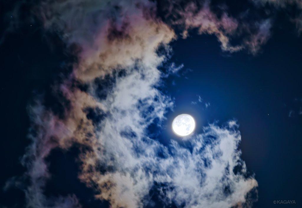 空をご覧ください。待宵の月(十五夜の前の晩の月)が輝いています。 明晩(10/4)は中秋の名月です。 (今、東京にて撮影) 今日もお疲れさまでした。明日も穏やかな一日になりますように。