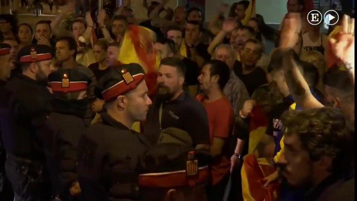 """¡Puigdemont, a prisión!"", exige un grupo de manifestantes en Pineda de Mar https://t.co/UITA0igVvs https://t.co/0wMhKgQmmX"