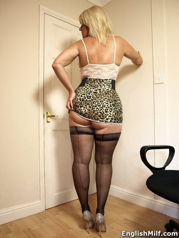 Download Photo Busty Mature Bl Onde Babe In Stockings And Min Ockings And Mini Skirt