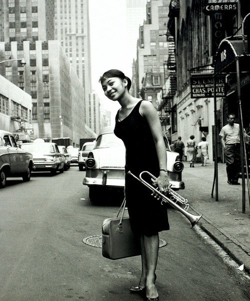 Who is this beautiful lady with the trumpet? #LorraineGlover, wife of #DonaldByrd  1960 (Photo by William Claxton)  http:// blog.burnedshoes.com/post/171184116 65/quizanswer-5 &nbsp; … <br>http://pic.twitter.com/yWAnXSOVP0