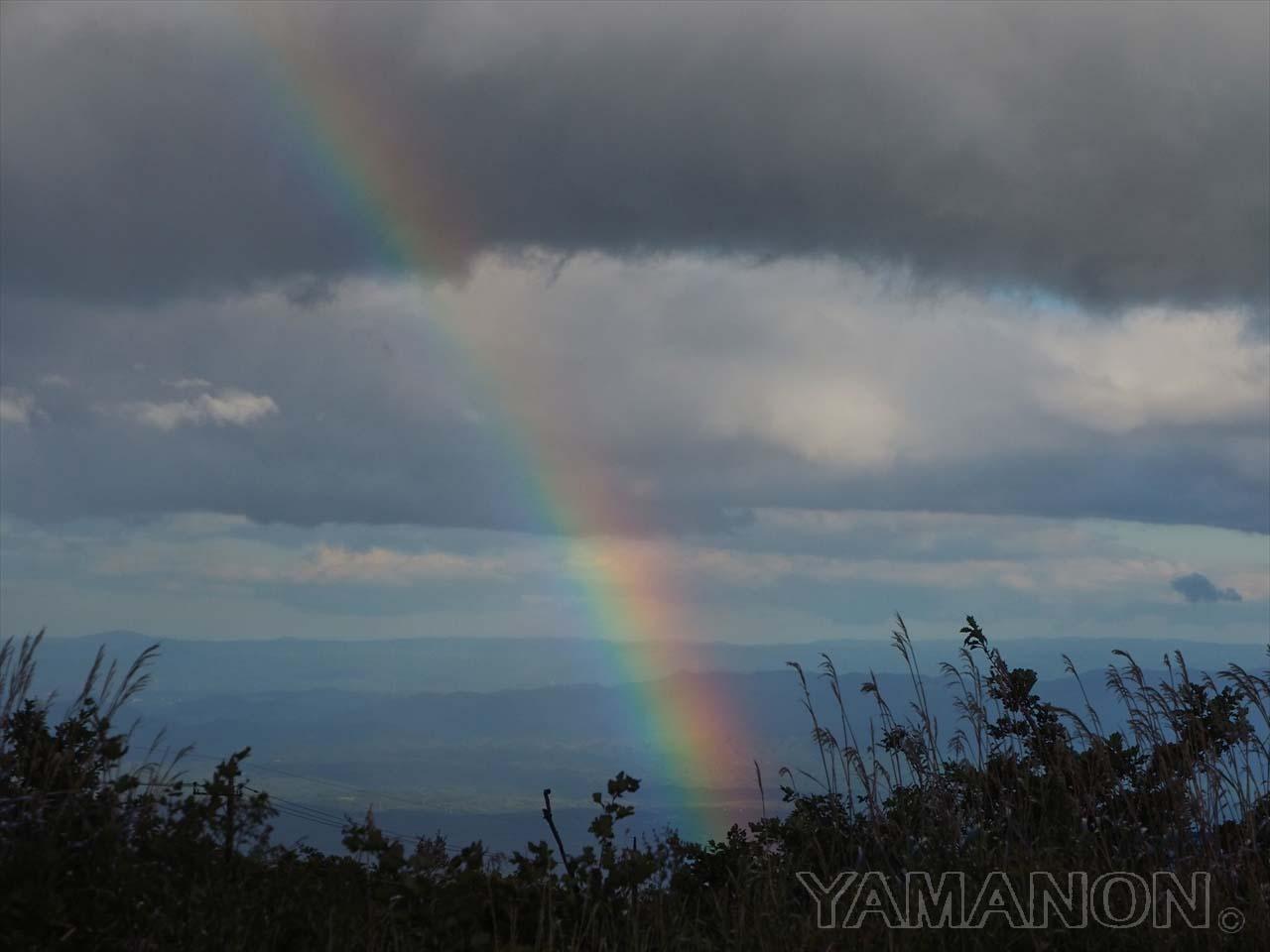雪と時雨虹
