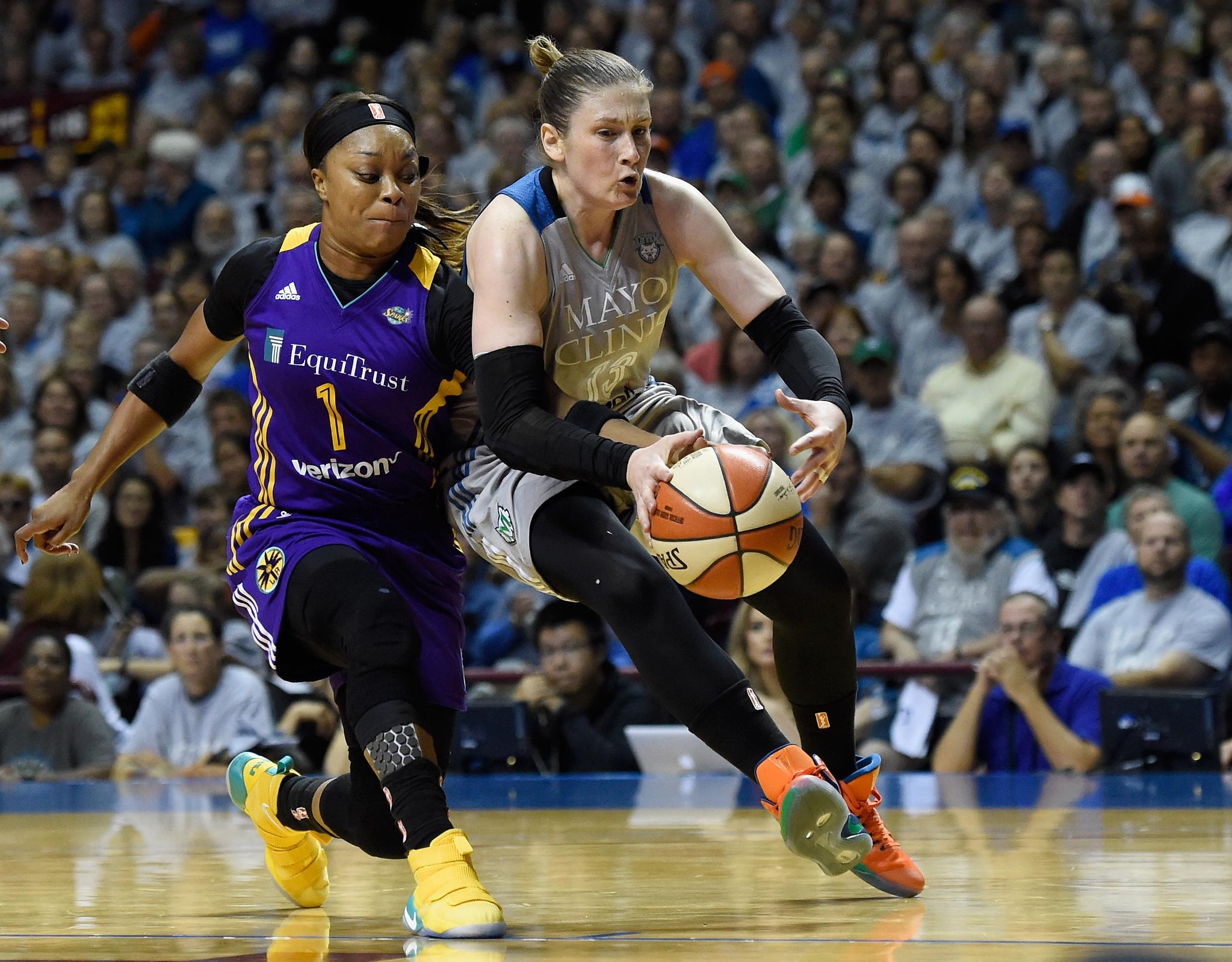 20 minutes down in winner-take-all Game 5!   The Lynx lead the Sparks 41-35 at halftime. https://t.co/7GKy7aNaWa