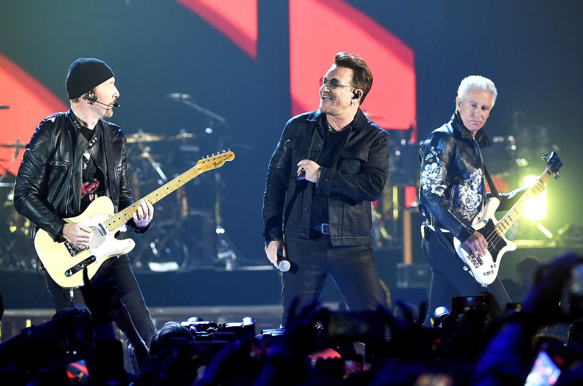 VIDEO | U2 rindió tributo a la presidenta Bachelet en su show en México https://t.co/7CuwBUDk4e https://t.co/rHnoyxcIEv