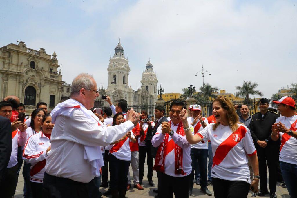 Un solo sentimiento, una sola fuerza. Todos unidos, ¡Arriba, Perú! #Co...