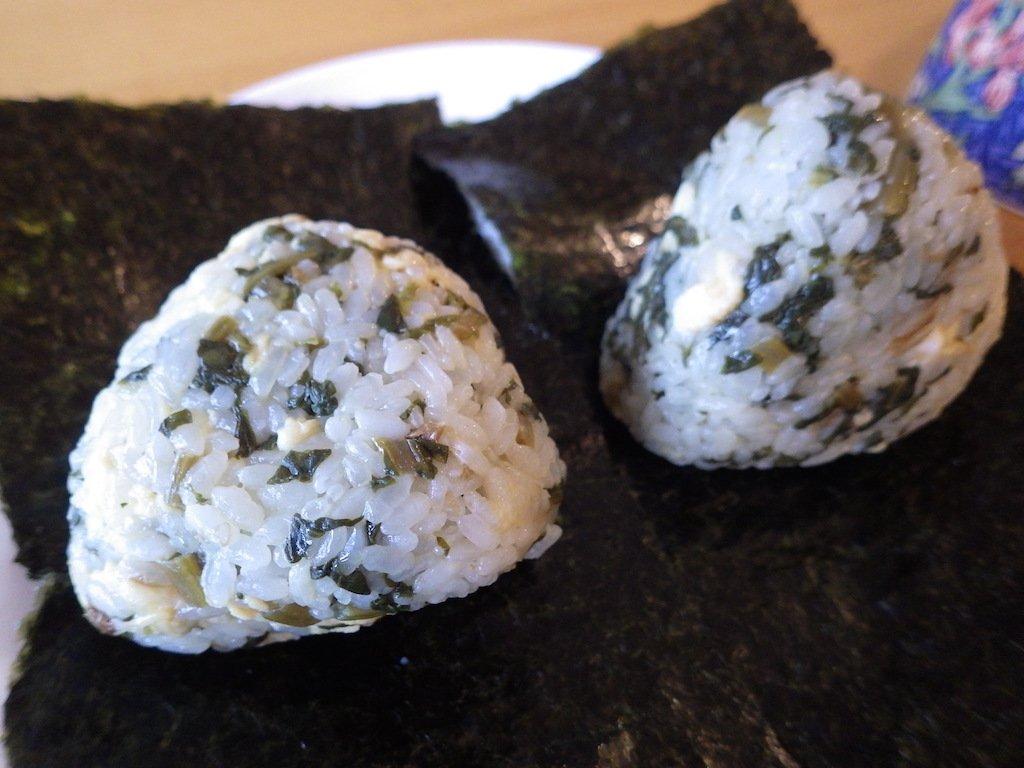 これは今日のおにぎり。天栄米(炊き立て)に、昨日の大根葉きんぴらと炒り卵を混ぜて佐賀の海苔を巻きました。美味しかったけど、崩れやすいのが難点でしたw #OnigiriAction  #佐賀 #有明海 #福島 #天栄村