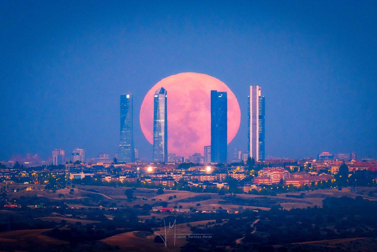 Luna llena entre las #4torres de #Madrid...