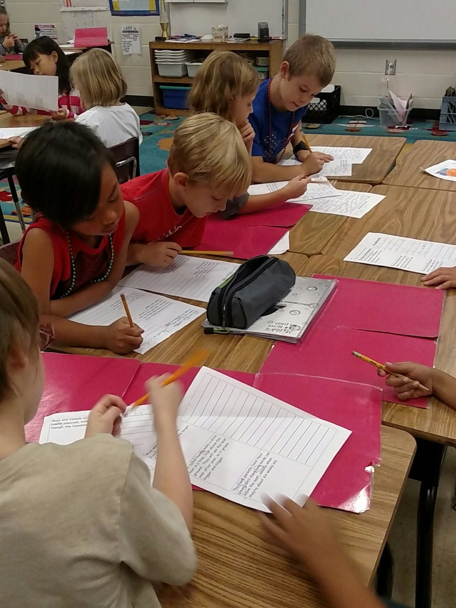 Red-tailed Hawks + paraphrasing = AWESOME 2nd graders #rcd #integration #getCONNECTED @ClarkCreekSTEM <br>http://pic.twitter.com/XY05GoYKiF