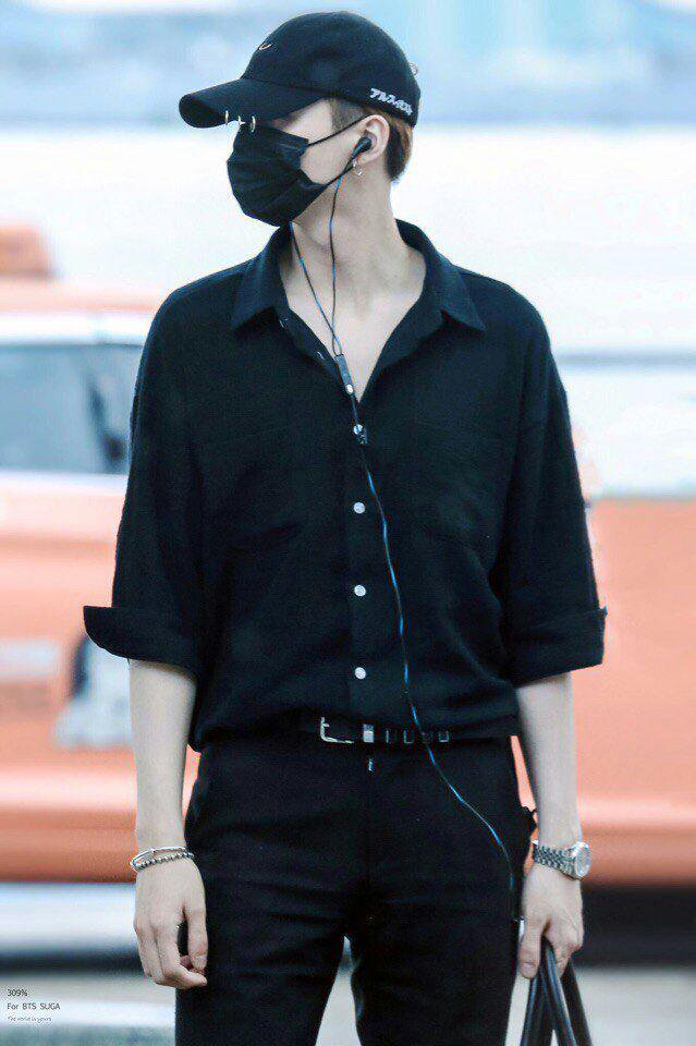 b72bdf1e62eda3 yoongi has the best airport outfits sorry I don t make the rulespic.twitter .com CyRw8dRu3k