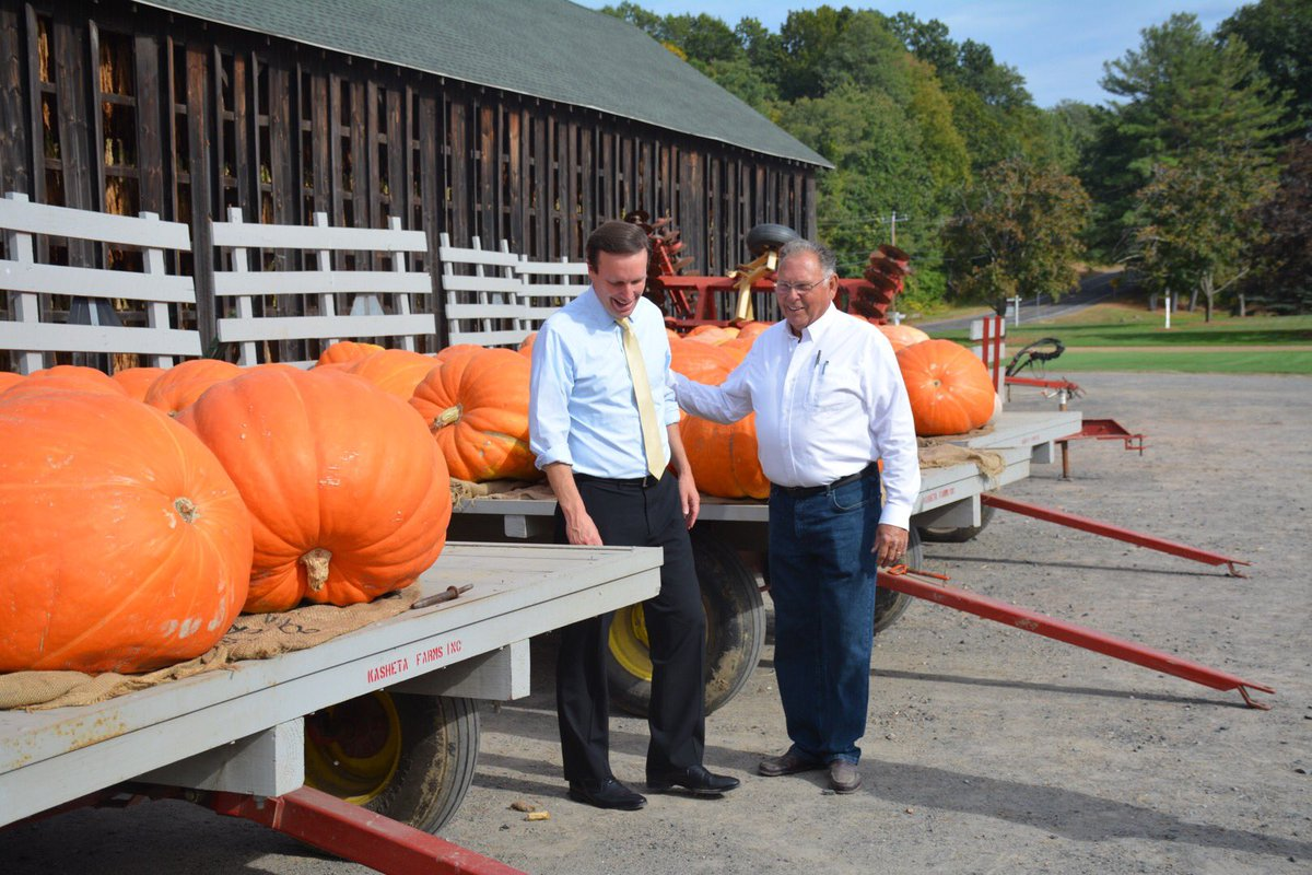 Chris Murphy Su Twitter Stopped By Kasheta Farms In South Windsor It S Been Family Run Since 1905 And Yes I Did Buy A Giant Pumpkin To Take Home Https T Co Dxtxoqsl5e