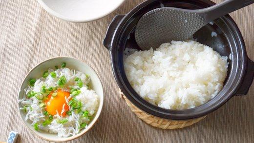 「100均土鍋で炊くご飯がめちゃくちゃウマい!食べきりやすい1合分を30分で 」◎コンロ等の熱源があれば割合簡単にご飯が炊ける。◎備蓄品に有ると重宝する。  @enuchijpから