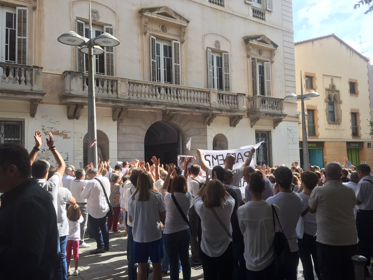 A Mataró, l'acte de les samarretes blanques esdevé un homenatge a l'alcalde. Ja sabem, doncs, qui són. https://t.co/bKPcVGnIMh